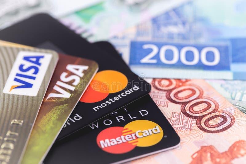 万事达卡和签证与俄罗斯卢布钞票 库存照片