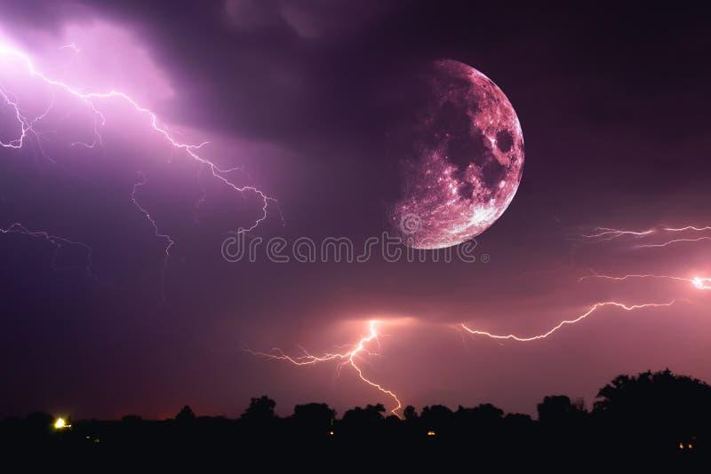 万圣夜与云彩和一道闪电的夜空和一个涌现的血淋淋的红色满月特写镜头在安息日时 库存图片