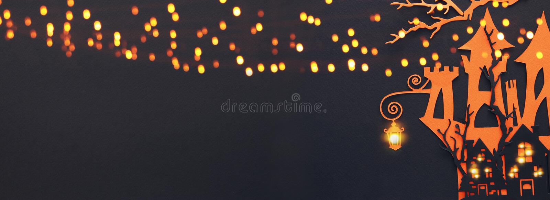 万圣夜假日概念 在黑背景的被困扰的巫婆房子 顶视图,平的位置 钞票 库存图片