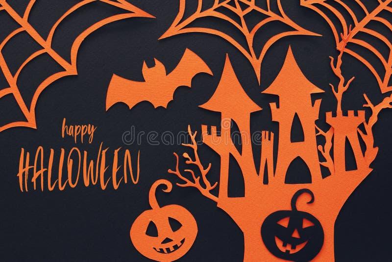 万圣夜假日概念 在黑背景的被困扰的巫婆房子 顶视图,平的位置 库存例证