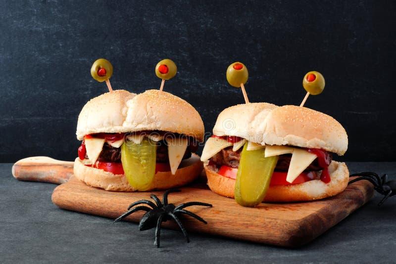 万圣夜反对黑背景的妖怪汉堡包 库存照片