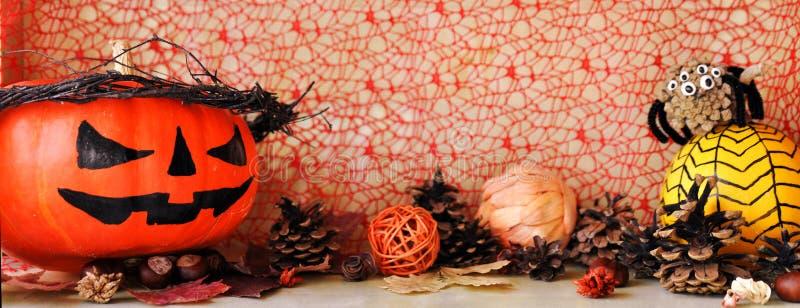 万圣夜和其他秋天装饰的可怕装饰的南瓜 免版税库存照片