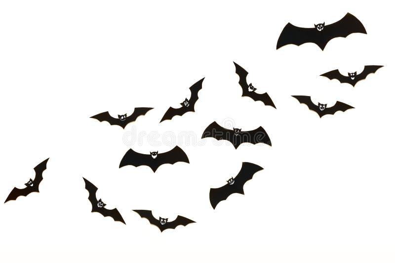 万圣夜和装饰概念 逗人喜爱的微笑的黑纸击飞行在白色背景 免版税库存照片