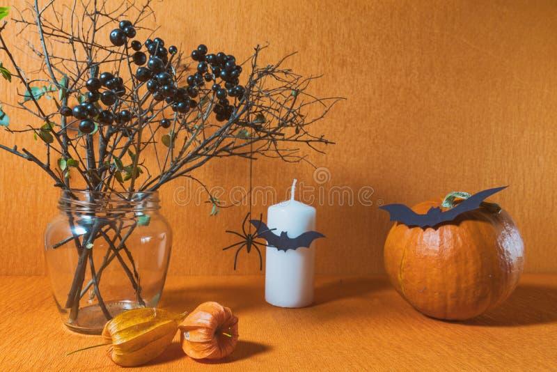 万圣夜在橙色背景的家装饰 库存图片