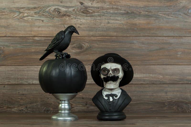万圣夜头骨胸象和乌鸦 免版税库存照片