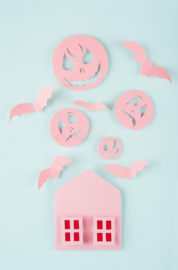 万圣夜庆祝卡片-有被切开的纸的血淋淋的窗口、群棒和妖怪面孔的桃红色鬼的房子在淡色绿色的 免版税图库摄影
