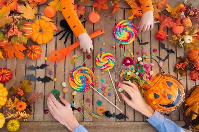 万圣夜把戏或款待糖果和南瓜 图库摄影