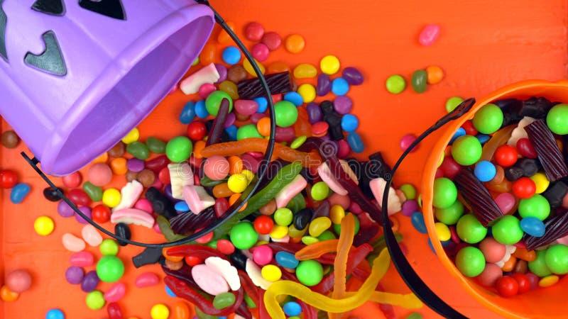 万圣夜把戏或款待糖果顶上的起重器o灯笼用桶提 免版税图库摄影