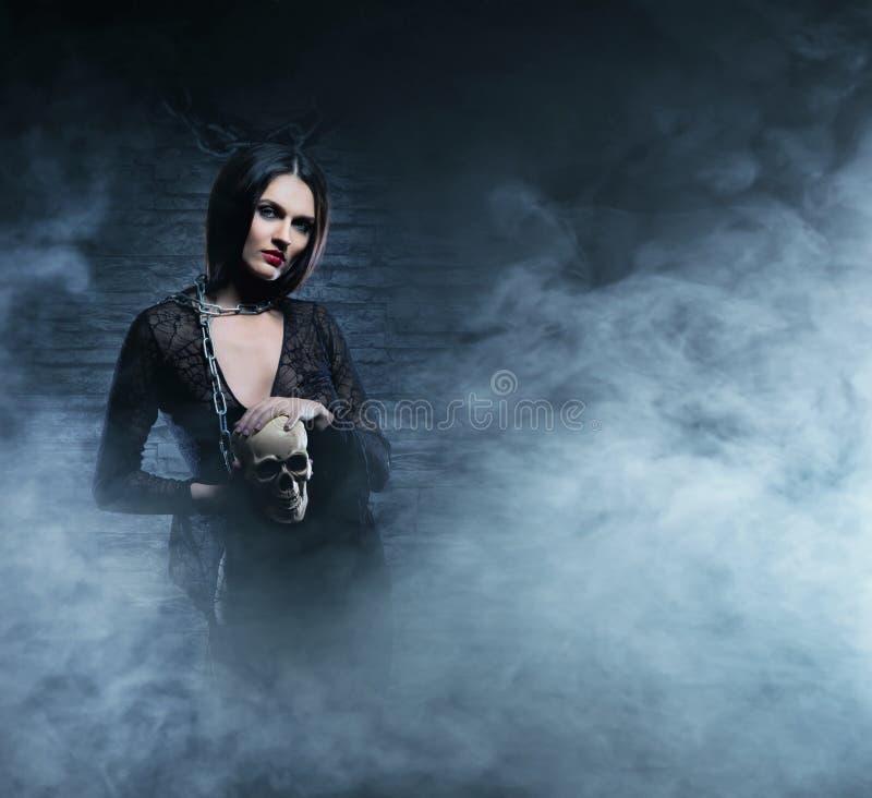 万圣夜概念:年轻和性感的巫婆 免版税库存图片