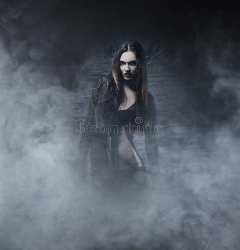 万圣夜概念:年轻和性感的巫婆 免版税图库摄影