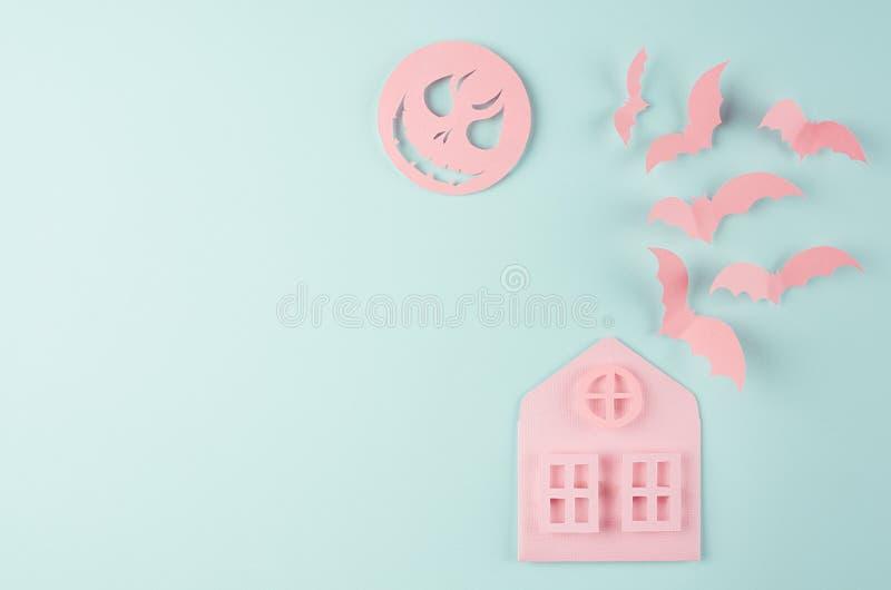 万圣夜背景-桃红色房子和群飞行棒,鬼的面孔月亮作为在淡色薄荷的纸背景的被削减的动画片 库存图片