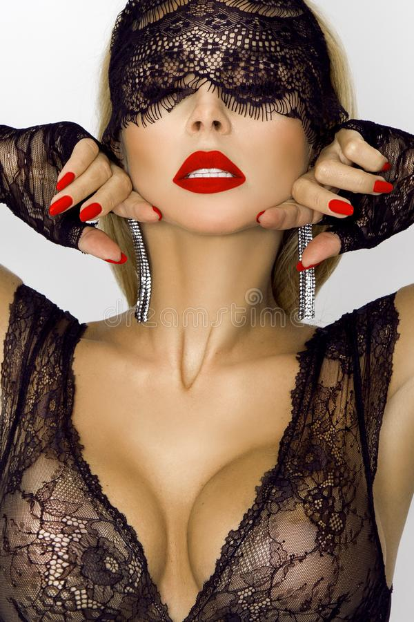 万圣夜,复活节兔子的美丽,性感的妇女服装和黑鞋带面具 免版税库存照片
