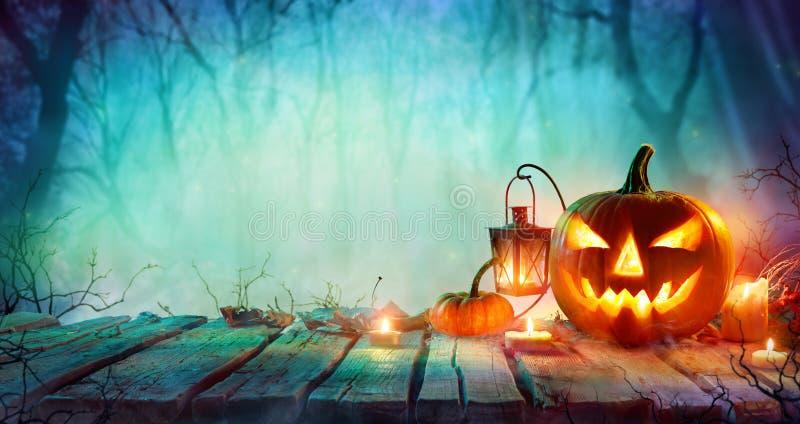 万圣夜-杰克O `灯笼和蜡烛在表上 库存图片