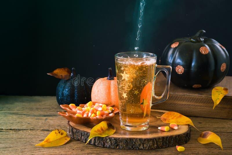 万圣节与茶的假日概念在木桌上的和南瓜装饰 库存照片