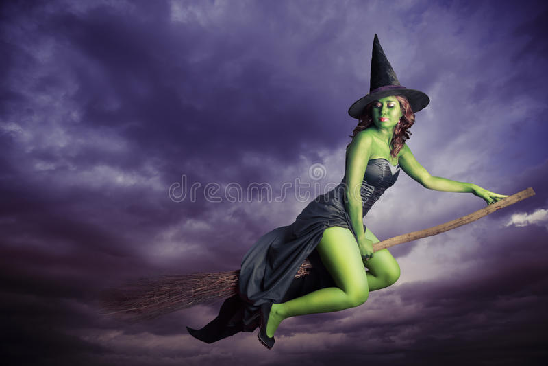 万圣节在帚柄的巫婆飞行 免版税库存图片