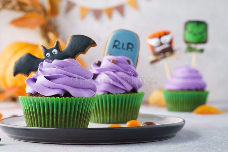 万圣节对待-杯形蛋糕、曲奇饼和蛋白软糖妖怪 免版税库存图片