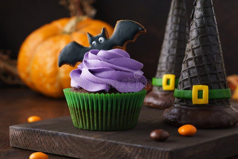 万圣节对待-杯形蛋糕、曲奇饼棒和薄酥饼巫婆帽子 库存图片