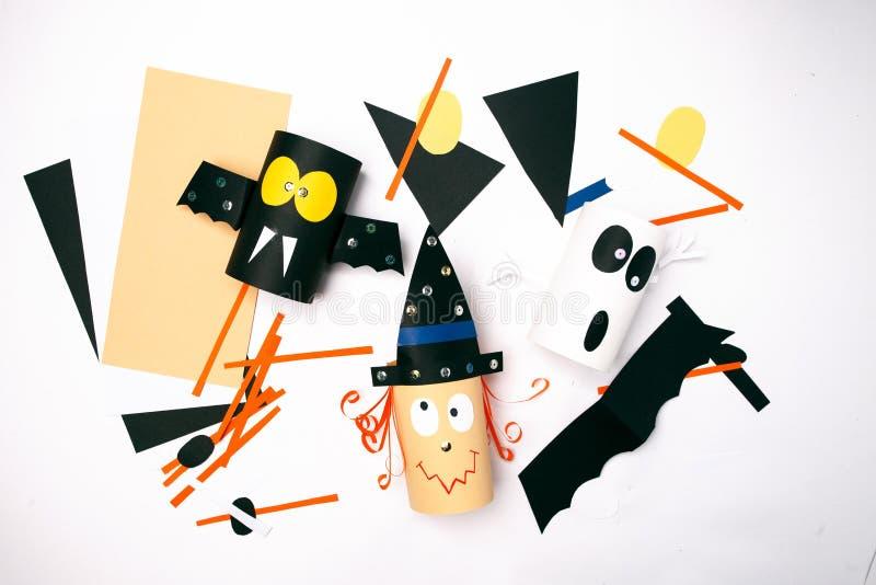 万圣节巫婆,鬼魂,从纸的棒在白色背景 孩子的创造性的DIY 党的家庭装饰想法 库存照片