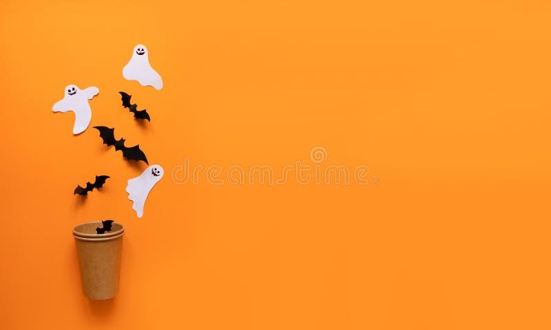 万圣节平的结构的橙色南瓜,黑棒,白皮书塑象 库存图片