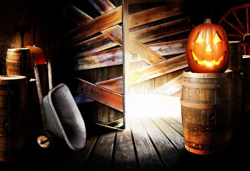 万圣节插孔o灯笼在谷仓 库存图片
