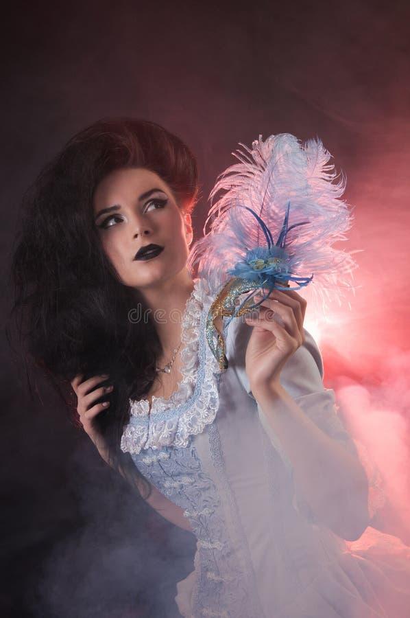 万圣节有威尼斯式屏蔽的吸血鬼妇女 免版税库存照片