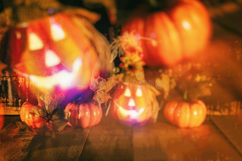万圣节有干燥叶子秋天的南瓜灯笼与木-顶头起重器o灯笼罪恶在万圣节面对鬼的假日装饰 图库摄影