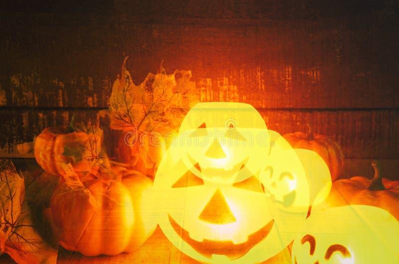 万圣节有干燥叶子秋天的南瓜灯笼与木-顶头起重器o灯笼罪恶在万圣节面对鬼的假日装饰 库存图片