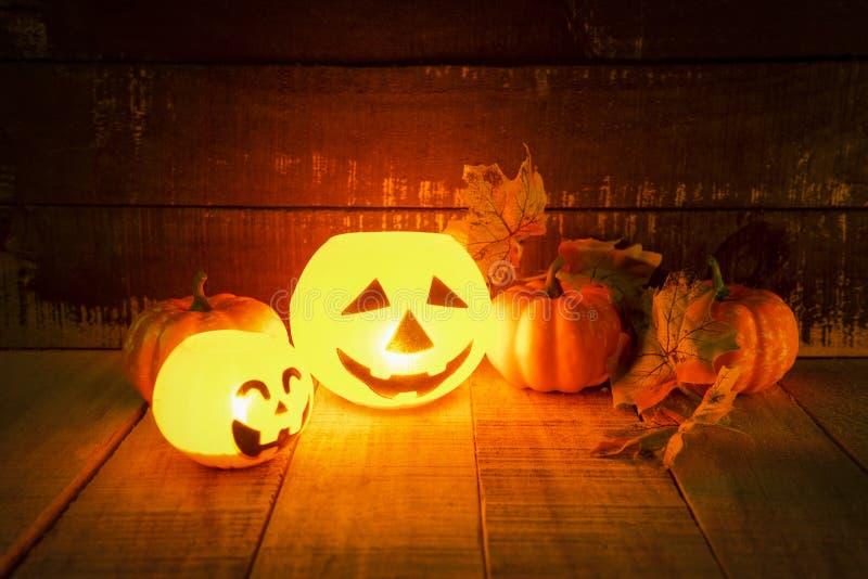 万圣节有干燥叶子秋天的南瓜灯笼在木-顶头起重器o灯笼罪恶在万圣节面对鬼的假日装饰 库存照片