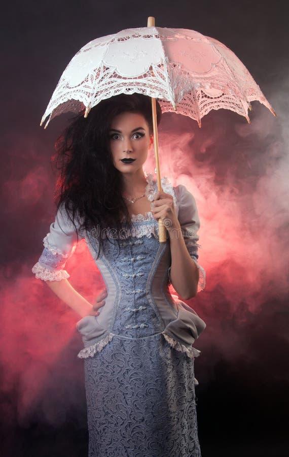 万圣节有鞋带遮阳伞的吸血鬼妇女 免版税库存图片