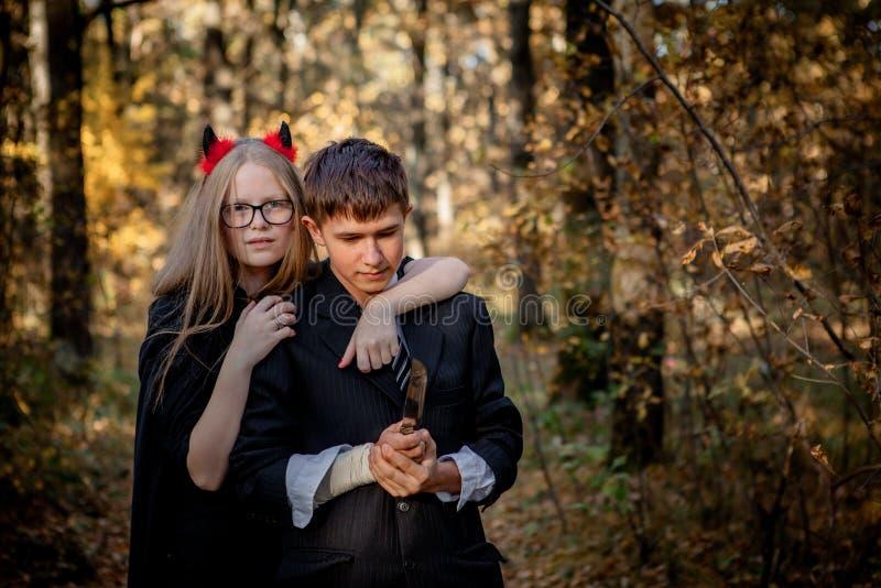 万圣节服装的少年在森林 库存图片