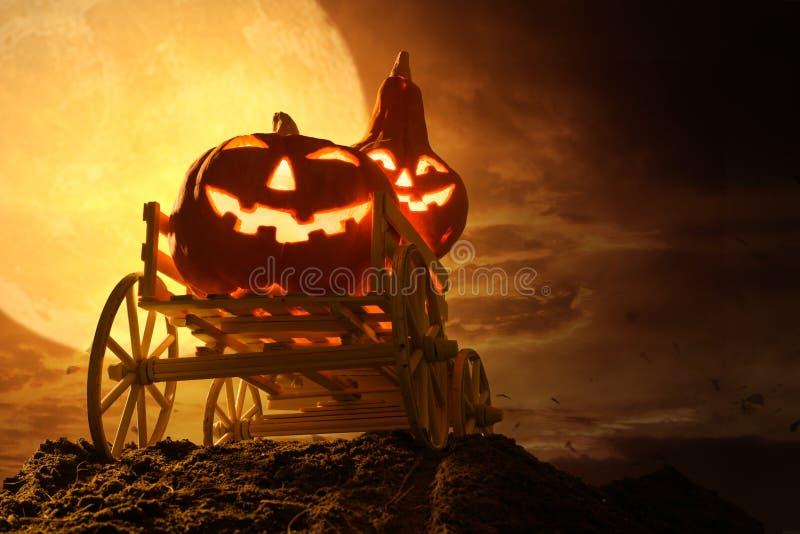 万圣节的南瓜,在满月夜的阴暗中 库存图片