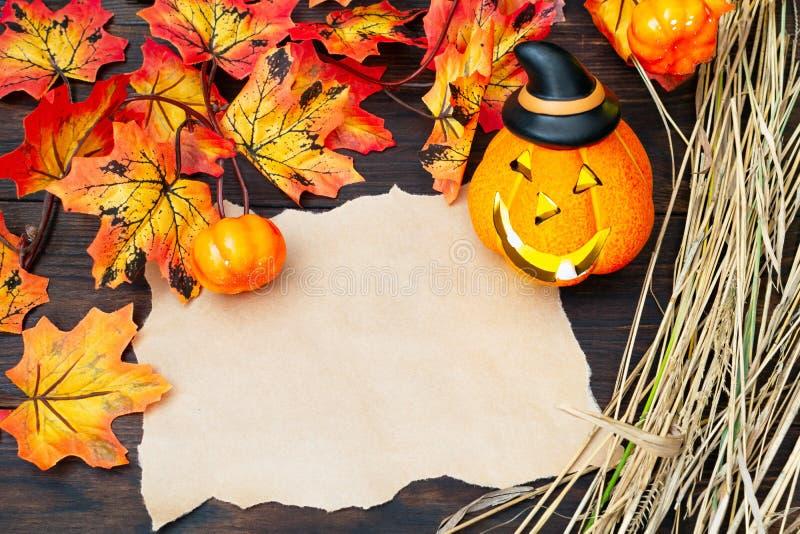 万圣节符号 — Jack O`Lanter's发光的南瓜头,灯头镶着尖黑的帽子,白纸 免版税库存照片