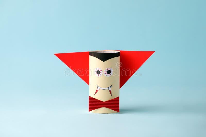 万圣节蓝色的妖怪吸血鬼万圣节概念背景的 纸工艺,DIY 手工造创造性的想法fron洗手间管, 免版税图库摄影