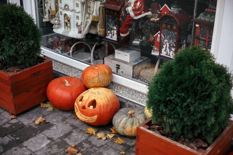 万圣节街道装饰 杰克o在城市街道、商店前面假日装饰和大厦上的灯笼南瓜 秋天市场在镇里 库存图片