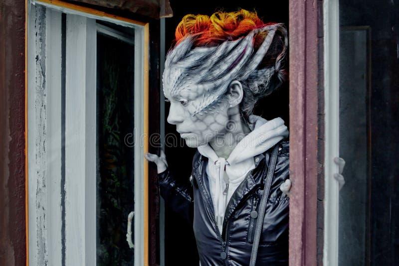 万圣节 幻想在街道上的妇女龙 库存图片