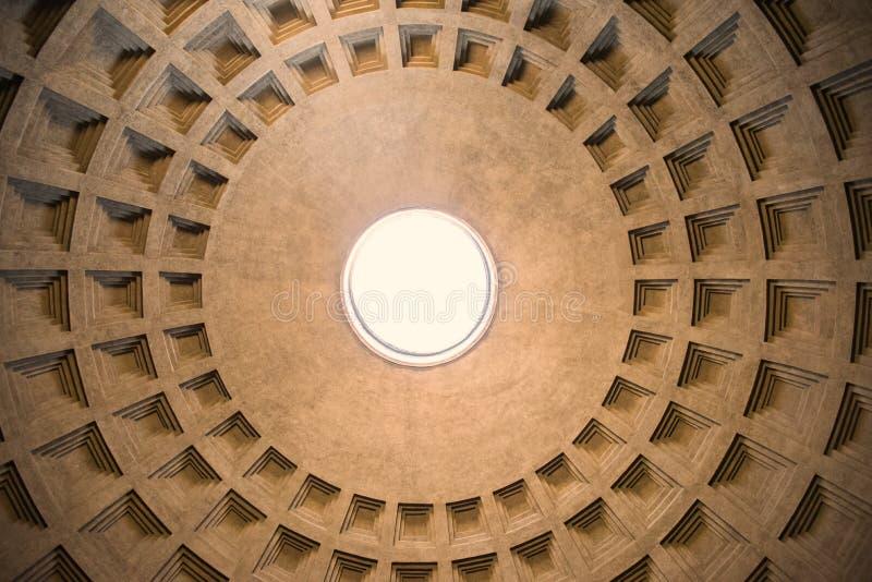 万神殿圆顶孔/oculus/,罗马,意大利的被集中的看法 免版税库存照片