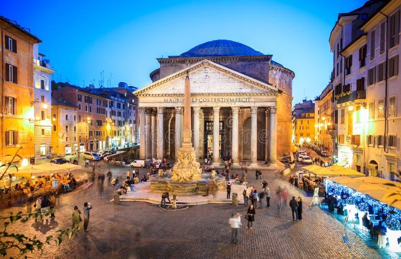 万神殿晚上在罗马,意大利,欧洲 古老罗马式建筑和地标 免版税库存照片