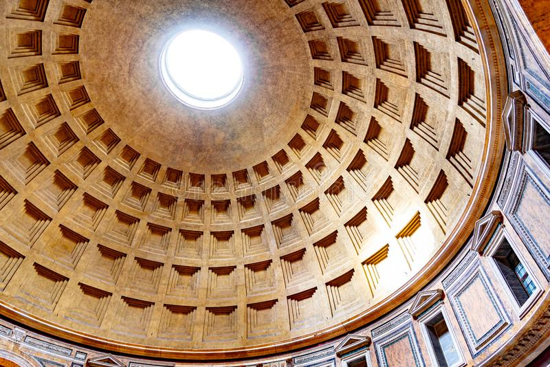 万神殿-教会和前罗马寺庙,罗马,意大利巨大的天花板  免版税库存照片