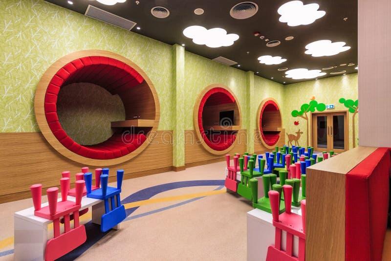 万豪旅馆托儿所室可能吹嘘现代时髦五颜六色内部并且欢迎不同的年龄的孩子 免版税库存照片
