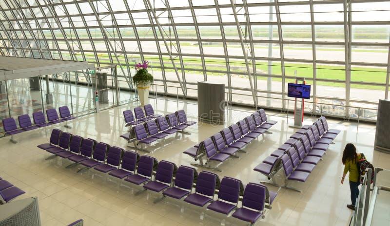 素万那普机场的离开大厅 库存图片