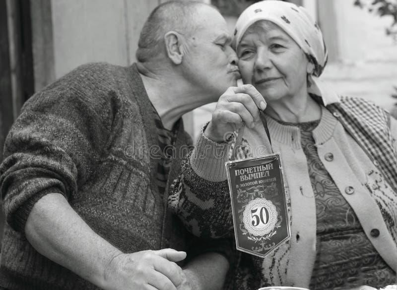 丈夫和妻子在队里面庆祝50年联合生活的周年  免版税库存照片