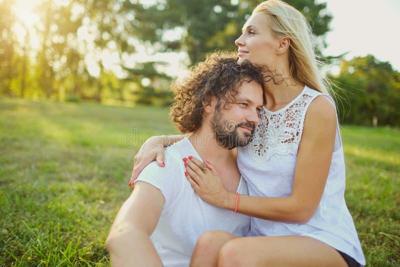 丈夫和妻子画象在公园 免版税库存照片