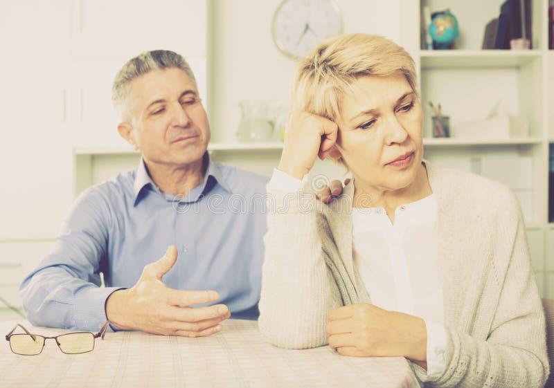 丈夫和妻子争论互相和尝试解决fami 免版税库存照片