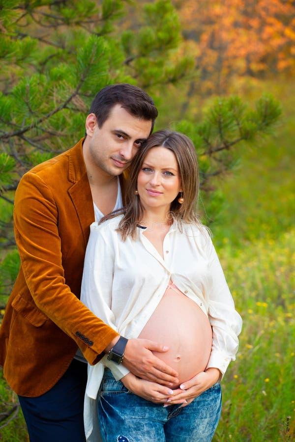 丈夫孕妇 库存图片