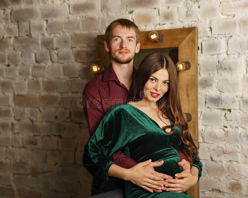 丈夫怀孕的妻子 免版税库存照片