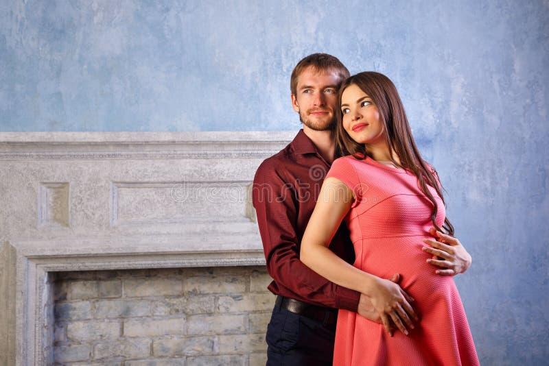 丈夫怀孕的妻子 免版税图库摄影