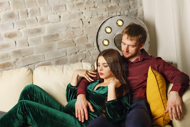 丈夫怀孕的妻子 免版税库存图片