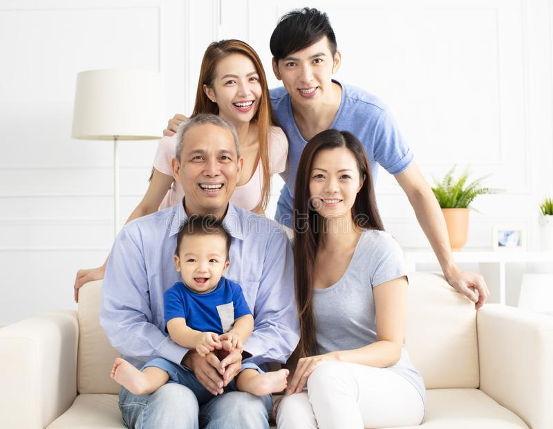 三一代亚洲人家庭画象  库存照片