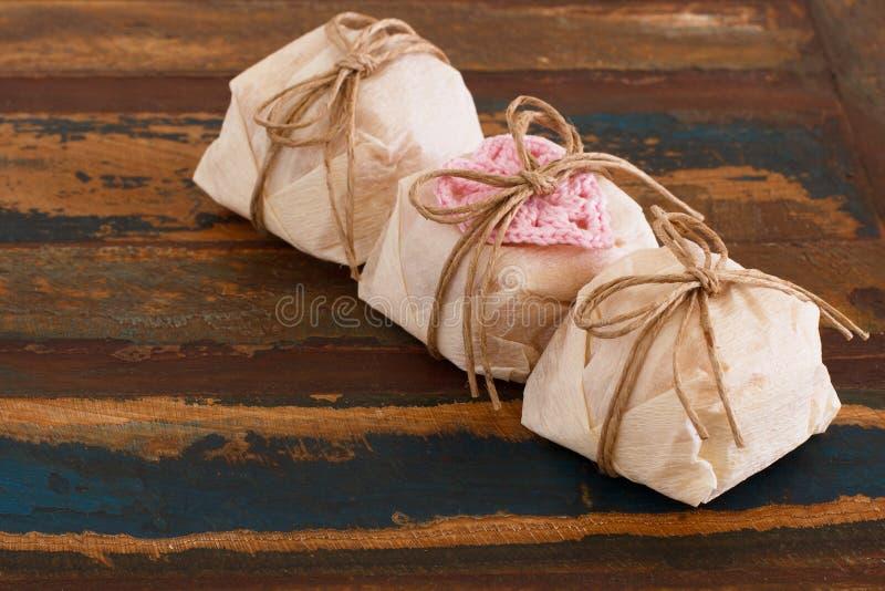 三与桃红色钩针编织的巴西婚礼甜点bem casado听见 免版税库存照片