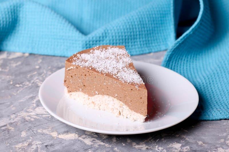 三与椰树切片的巧克力沫丝淋蛋糕在一块小板材 库存图片